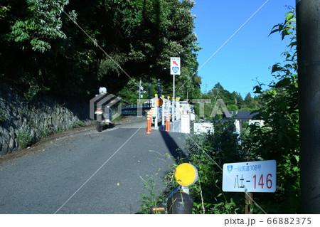 勾配が急で道幅も狭いため「酷道」と評される国道308号、暗峠近くの幅が狭隘な場所 66882375