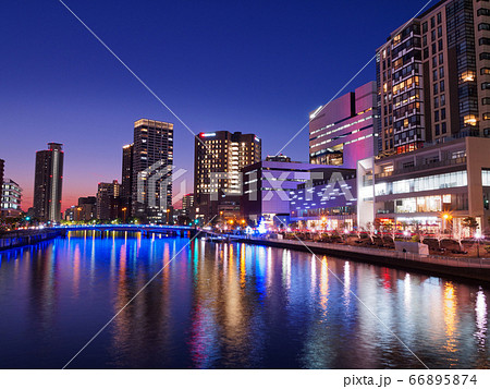 夕暮れの大阪 ほたるまちのビル群とライトアップされた玉江橋 66895874