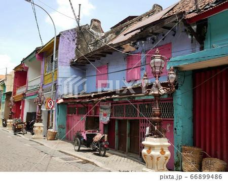 インドネシア・スラバヤの古い街並み 66899486