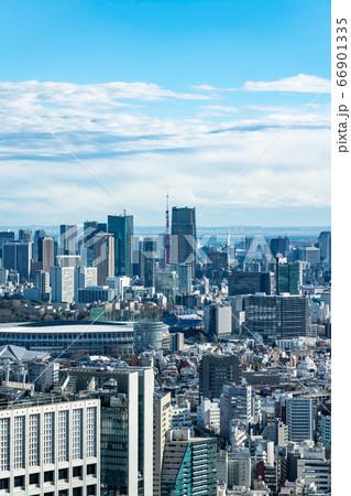 【東京都】爽やかな青空の都市風景 66901335