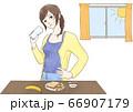 朝食時飲み物を飲む女性 66907179