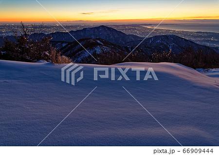丹沢・塔ノ岳から夜明けの大山と湘南の眺め 66909444