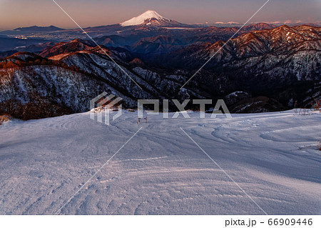 丹沢・塔ノ岳から見る夜明けの富士山と南アルプスの山並み 66909446