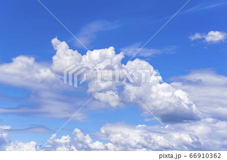 【夏イメージ】青空と雲の背景素材 66910362