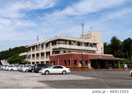 晴れ間のある薄曇りを背景にした行方市役所北浦庁舎 66911933