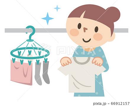 洗濯物を干す若い女性 66912157