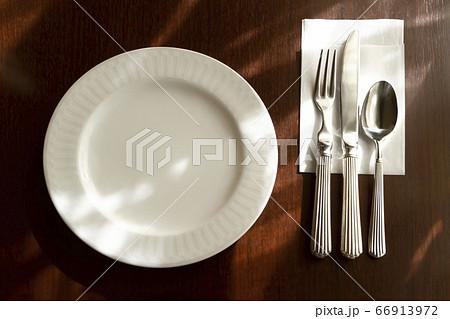 白を基調としたレストランのカトラリー 66913972