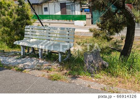 海辺の古いベンチ 日陰の休憩できるベンチ 66914326