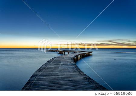 夕焼け時の湿地帯の木桟道 美しい絶景 66919036