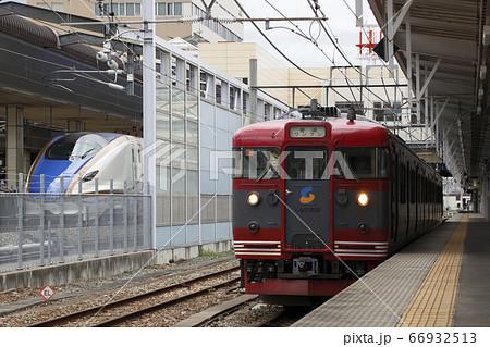 北しなの線115系と北陸新幹線(長野駅) 66932513