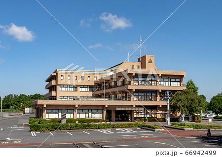 青空を背に映える阿見町役場の建屋【春】 66942499