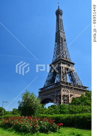 パリの遊歩道から見たエッフェル塔 66951449