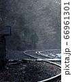 雪が舞う冬のローカル線 66961301