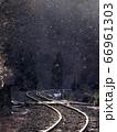雪が舞う冬のローカル線 66961303