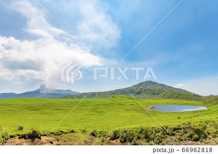 熊本県阿蘇市 新緑の阿蘇山草千里ヶ浜と阿蘇山火口 66962818