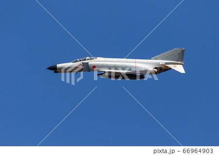 航空祭で展示飛行するF-4EJ ファントム(岐阜県) 66964903