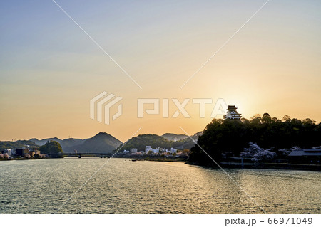 木曽川と朝日を背にした国宝犬山城の天守閣 66971049
