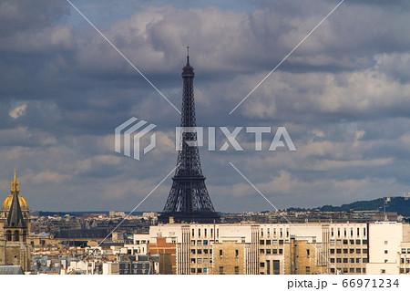 ノートルダム大聖堂からのぞむエッフェル塔(パリ-フランス) 66971234