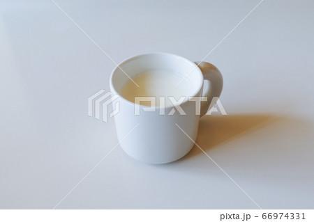 白いテーブルの白いマグカップと白いミルク 66974331
