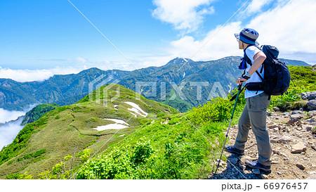 雨飾山山頂の風景(笹平・焼山を望む) 66976457
