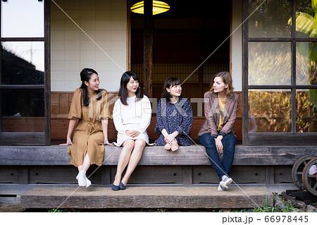 外国人と古民家の縁側で英語を話す女性達 66978445