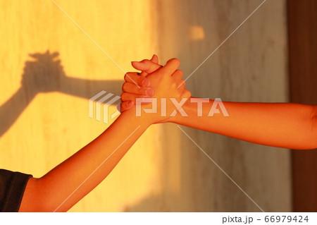影絵アートのシルエット 熱い漢の友情の証 66979424