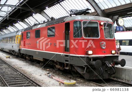チューリッヒ中央駅停車中の電気機関車 スイス 66981138