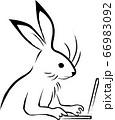 ノートパソコンで仕事するウサギ(鳥獣戯画) 66983092