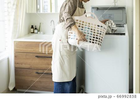 洗濯カゴを持つ女性 66992838