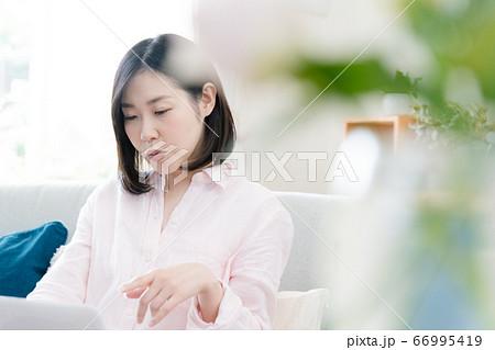 パソコンに向かってテレワークしているミドル女性 66995419