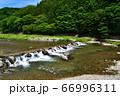 塩原温泉を流れる箒川 66996311