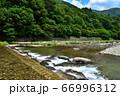 塩原温泉を流れる箒川 66996312