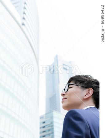 ビジネスマンの横顔 横浜みなとみらい 66996422