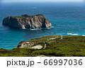 新島の南端にある灯台と早島 66997036