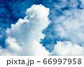 青空と夏の入道雲 66997958