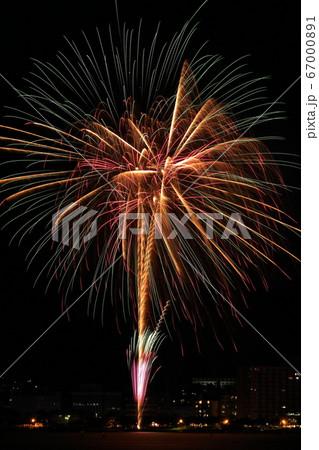 湖上に咲く美しい打ち上げ花火(長野県 諏訪湖サマーナイト花火) 67000891
