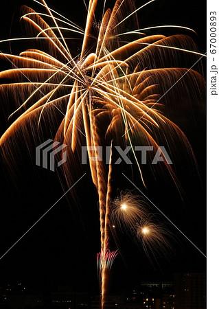 湖上に咲く打ち上げ花火(長野県 諏訪湖サマーナイト花火) 67000893