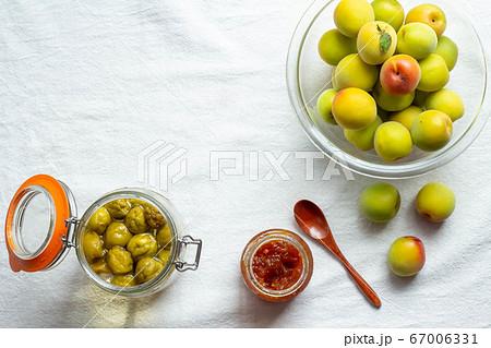 熟した梅と手作りの梅ジャムと梅シロップ 67006331