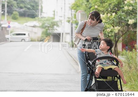 ベビーカーを押す母親と男の子赤ちゃんの日本人親子イメージ 67011644