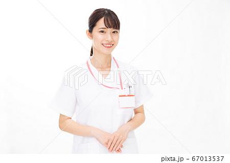 医療従事者 女性 白バック 67013537