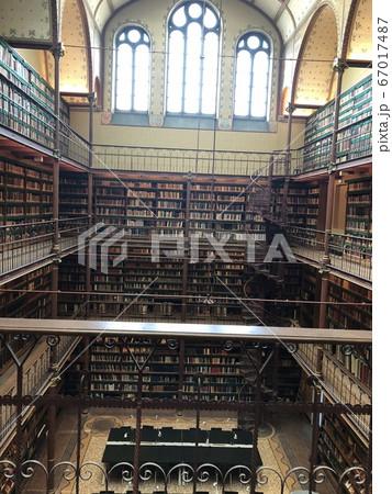 映画に出てきそうな本が沢山ある図書館 67017487