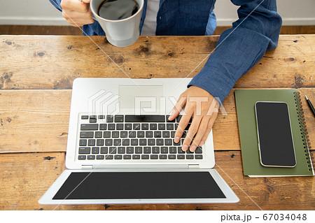 テレワークイメージカット パソコンを操作する若い男性 67034048