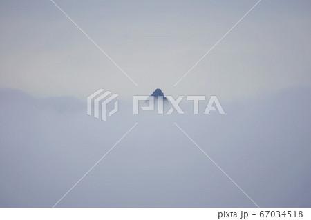 蝶ヶ岳からの雲に覆われる槍ヶ岳の穂先 67034518