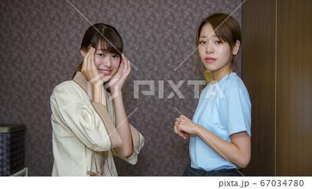 エステ 困った表情の若い女性とエステティシャン 67034780