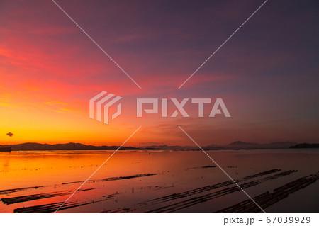 夏季棚並ぶ瀬戸内の海を染める朝焼けの写真素材 [67039929] - PIXTA