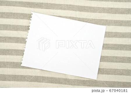 ランチョンマットの上に置いた白紙 67040181