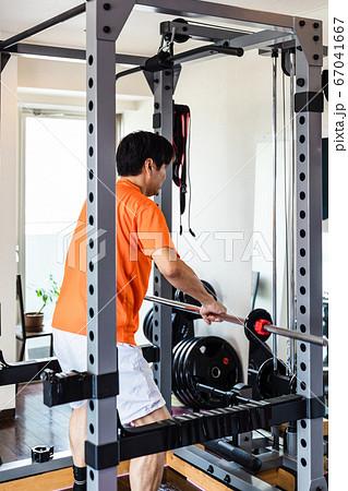 プライベートジムでトレーニングする男性 67041667