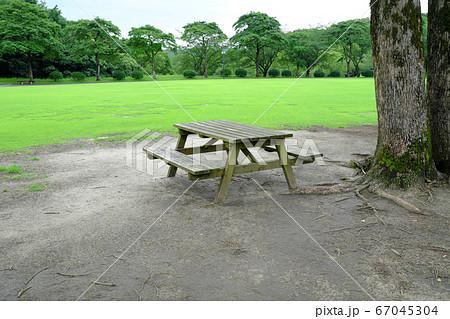 公園に置かれたレトロなテーブル椅子 67045304
