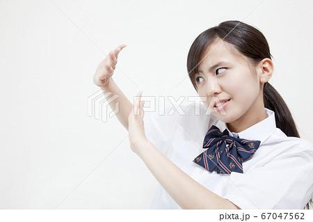 嫌がる女子高校生 67047562