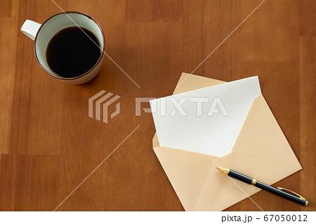 封筒とコーヒーの手紙を書くイメージ 67050012